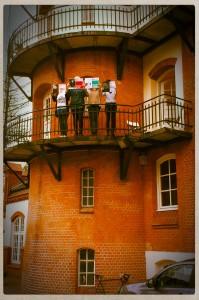 Britta Weerts (Personalabteilung), Kristin Sperling (Online, HOHE LUFT), Alissa Michaelis (Tierwelt Live), Claudia Zinnack (Buchhaltung) auf dem Balkon des Verlagssitz' in Hamburg